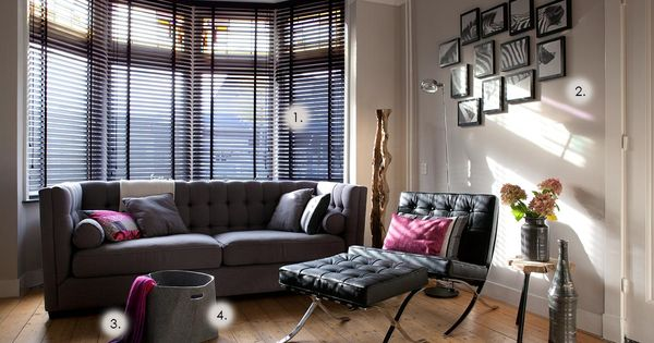 Woonkamer uit de jaren 30 met erker en zwarte jaloezi n h o m e inspiration - Eigentijdse woonkamer decoratie ...