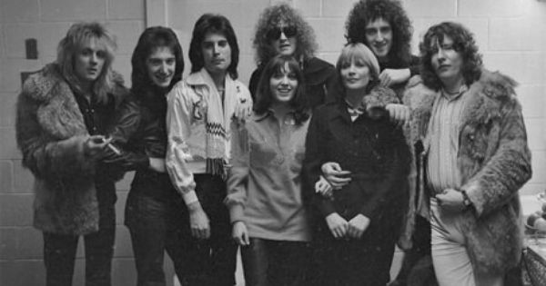 Queen Pose With Ian Hunter Of Mott The Hoople Centre And Music Producer Roy Thomas Baker Right At The Montreal F With Images Mott The Hoople Ian Hunter Freddie Mercury