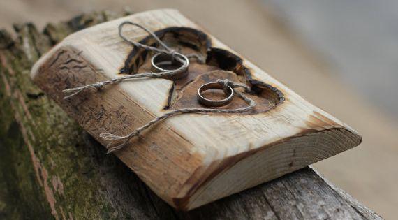 Rustikale holz tr ger ringkissen mit zwei herzen f r for Holzscheibe rund