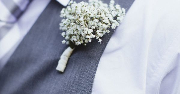 A baby's breath boutonnière. Photography by saraandrocky.com, Floral Design by Sabrina Renterria