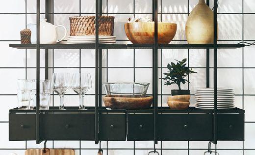 Due scaffali a giorno scuri in metallo appesi a una parete - Ikea utensili cucina ...