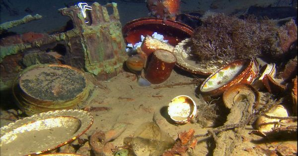 Titanic artifacts laying over the bottom of the ocean.