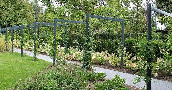 Teo van horssen tuinontwerp pergola staal witte pluimhortensia hovenier grote tuin - Omslag van pergola ...
