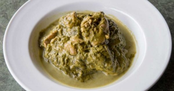 la cuisine tahitienne la recette du poulet fafa feuille de taro pr par dans une cuisine. Black Bedroom Furniture Sets. Home Design Ideas