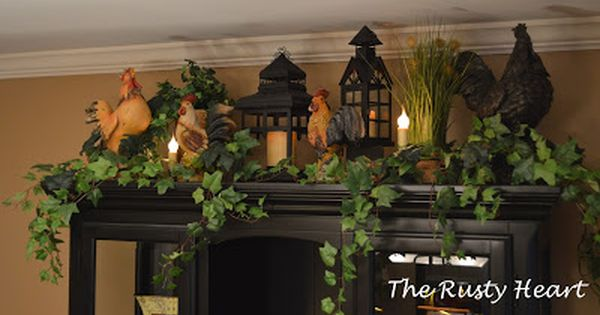 Decorate the top of the hutch in the dining room with christmas greenery christmas to do for - Idee deco huisbar ...