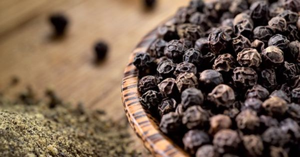Indijska paprena voda: Blagodat za imunitet i zdravlje   Healthy spice,  Pepper benefits, Black pepper essential oil
