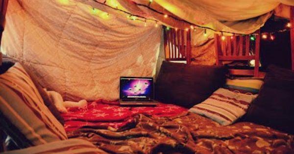Cabaña de sábanas refugio de mantas cueva de almohadas casa