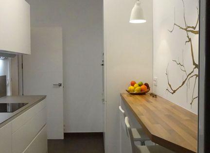 Una cocina alargada tambi n puede tener una barra con for Sillas de estudio zaragoza