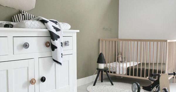 Babykamer met stoere kleur op de muur matte muurverf van histor in de kleur oorspronkelijk - Kleur slaapkamer bebe ...