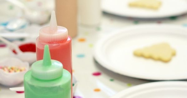 Icing in condiment bottles for kids cookie decorating. I've got to remember