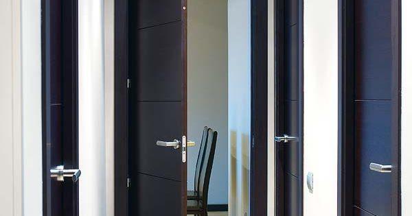 Puertas negras con rodapie negro y suelo madera para el for Puertas para el hogar