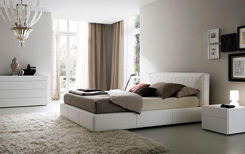 Lichtgrijze muur zandkleurige vouwgordijnen beige kleed bruine grijze dekbedovertrek - Grijze hoofdslaapkamer ...