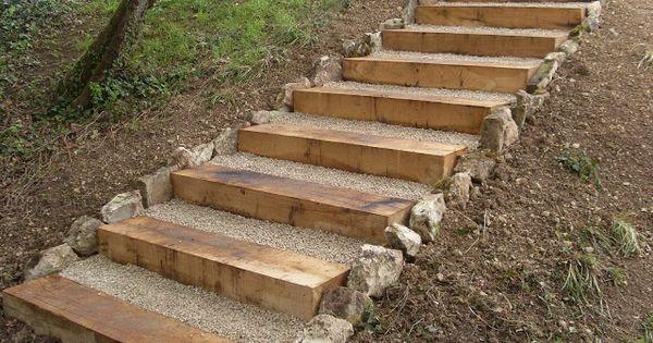 L 39 escalier est r alis en traverses de ch ne et remplis de for Escalier traverse
