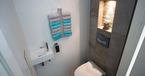 Prachtig toilet met verlichtte nis en geberit sigma50 bedieningsplaat kleur zwart het - Welke kleur in het toilet ...