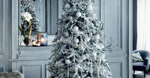 un sapin enneig un d cor givr une ambiance d 39 hiver d corer le pied du sapin de noel avec des. Black Bedroom Furniture Sets. Home Design Ideas