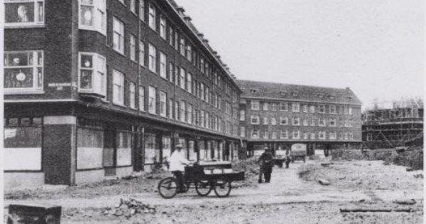 1935 willem de zwijgerlaan met op de achtergrond de for Bakkerij amsterdam west