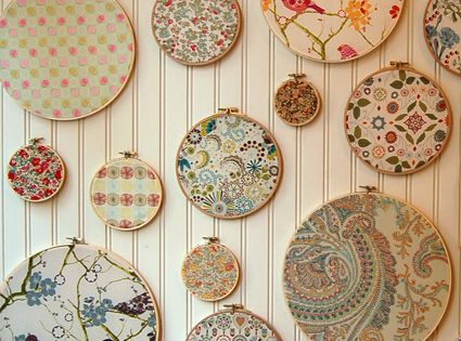 LOVE this! Use embroidery hoops and fabric scraps as creative and inexpensive