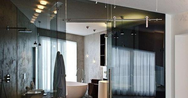 Badkamer in je slaapkamer glazen wand waarom zou je die rare hoek in je kamer gebruiken voor - Kamer van rustieke chic badkamer ...