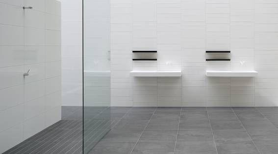 Badkamer witte tegels google zoeken badkamer pinterest bathroom tiling toilet and hall - Tegel witte glanzende badkamer ...