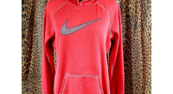 Nike Therma Fit Hooded Sweatshirt This High Quality Nike Sweatshirt Has The Embroidered Checkmark Logo On The Front It Is In 2020 Clothes Design Fashion Plus Fashion