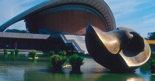 Das Haus Der Kulturen Der Welt Auch Schwangere Auster Genannt Und Eine Skulptur Von Henry Moore Befinden Sich In Berlin Tiergarte Berlin Bilder Berlin Bilder