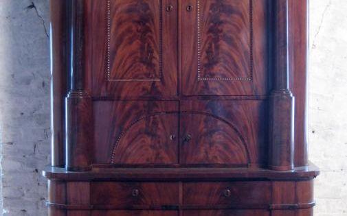 Biedermeier Kabinettschrank Aus Mahagoni Biedermeier Mahagoni Giebeldach