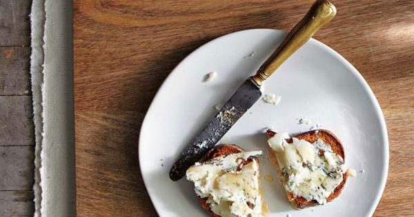RECIPE: Prosciutto + Apple + Blue Cheese + Honey Crostini from Jewels