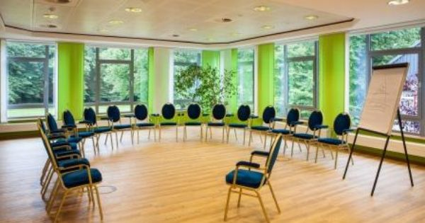 Offener Stuhlkreis Im Tagungsraum Esche Im Trihotel Rostock Tagungsraum Stuhlkreis Stuhle