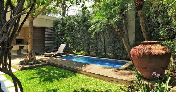 Jardin rustico con piscina y camino de madera salacomdor - Patios rusticos ...