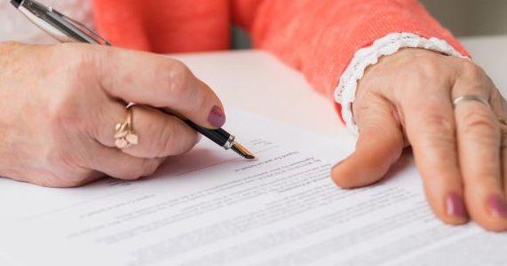 Handschriftliches Testament Tipps Zur Erstellung Inkl Mustervorlagen Beglaubigung Durch Einen Notar Ist Nicht In 2020 Formulierungshilfen Vollstreckung Juristen