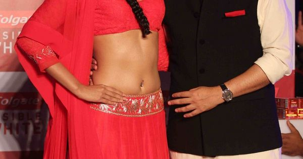 Sonam Kapoor Hot Navel Show In Red Saree