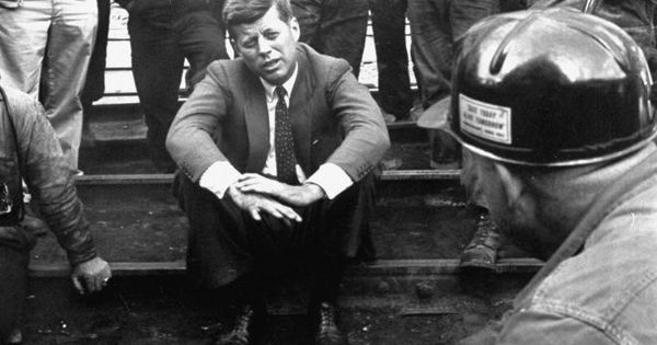 1960. 26 Avril. JFK in Mullens, West Virginia talking with miners at