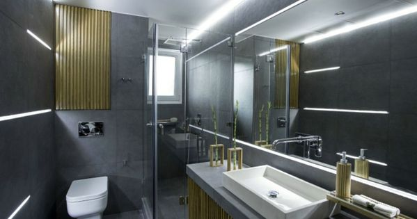 granitfliesen großer spiegel badschrank holzelemente led-leuchten, Wohnzimmer