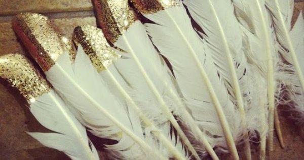 Leuk om veren in gouden glitter verf te dippen en bijvoorbeeld op een cadeautje te plakken als - Wc opgehangen decoratie ...