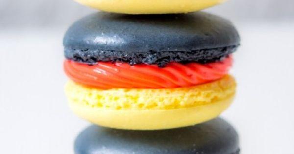 german macarons backen zur wm schwarz rot goldene macarons macarons pinterest macarons. Black Bedroom Furniture Sets. Home Design Ideas