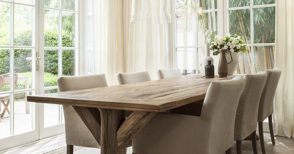 De robuuste houten tafel geeft het interieur een stoere uitstraling nano interieur - Eigentijdse eetkamer decoratie ...