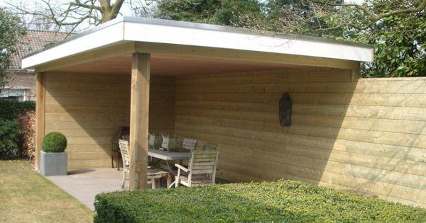 Deze houten overkapping die beschutting biedt in de tuin loopt over in een schutting van - Prieel tuin ...
