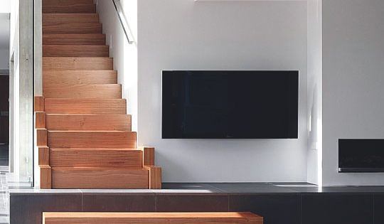 id e mettre la tv c t escalier utiliser la derni re marche pour cr er un meuble tv. Black Bedroom Furniture Sets. Home Design Ideas