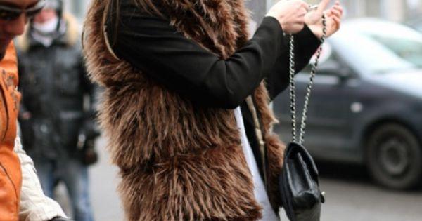 Peda-rules – model Karmen Pedaru, street style, brown fur vest, black sweater,