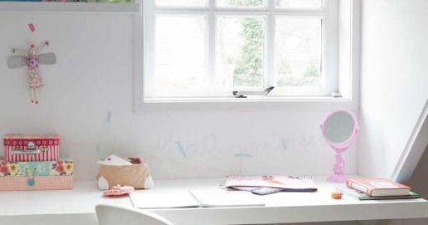 Onder het raam van de dakkapel en boven de verwarming dient een plank als bureau op die manier - Kamer onder de helling ...