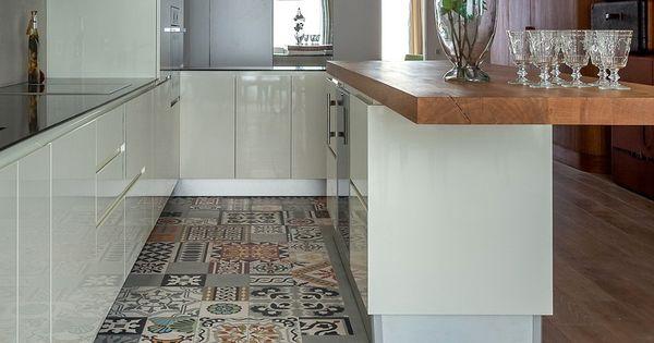 cocina blanca de estilo moderno con un bonito collage de