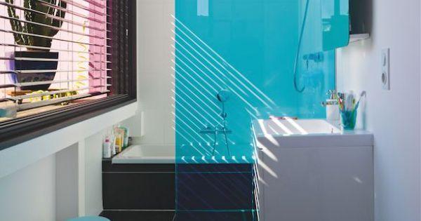 Un panneau de douche turquoise pour une touche d 39 azur dans for Panneau pour salle de bain