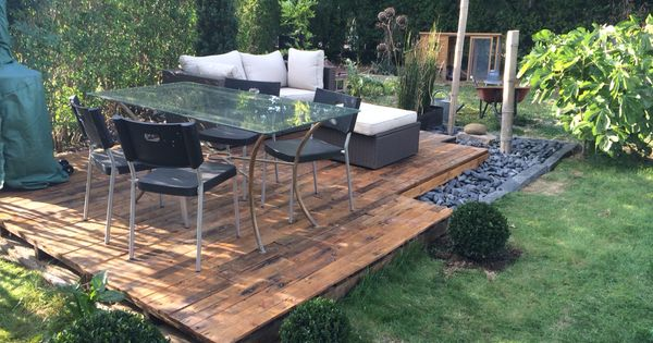 Terrasse en quelques palettes garden make a reclaimed wood terrace pinterest palette - Terrasse jardin pinterest strasbourg ...