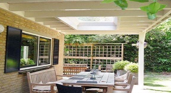 Klassieke houten veranda aan huis met plat dak lichtkoepel lichtstraat ...