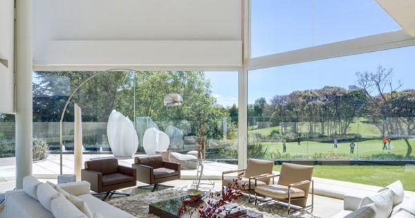 baies vitrées coulissantes, canapés blanc neige, fauteuils en cuir ...