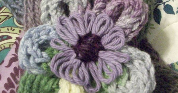 French Knitting Flowers : Flower i knitted on a small round loom körmöcske