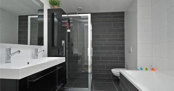 Populaire moderne badkamer met dubbele wastafel ligbad douche en wandcloset grote - Moderne badkamer met ligbad ...