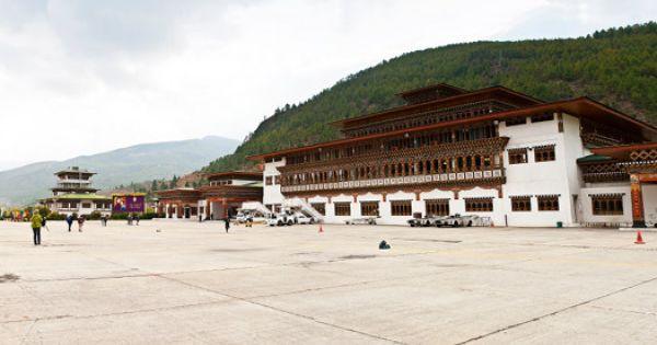 The World S Scariest Airport Runways Paro Airport Paro Dzngkha Bhutan Photo By Goran Kartlasarn 空港