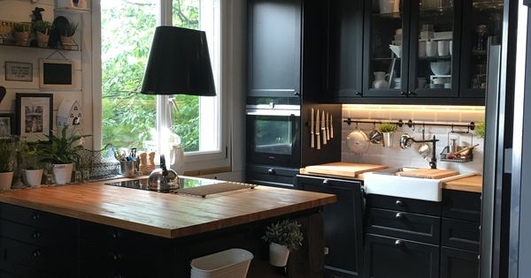 j 39 adore cette cuisine ik a noire avec ce plan de travail en bois brut et son lot central. Black Bedroom Furniture Sets. Home Design Ideas