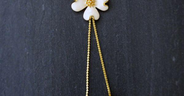 Subtelny wisiorek w stylu vintage z motywem kwiatowym